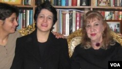 Simin Behbahani (right) during a visit by human rights lawyer Nasrin Sotoudeh (center) in 2010.