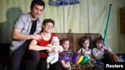 Домохозяйка из Вязьмы Светлана Давыдова вместе с супругом и детьми.