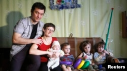 Светлана Давыдова (вторая слева) и ее семья. Вязьма, 4 февраля 2015 года.