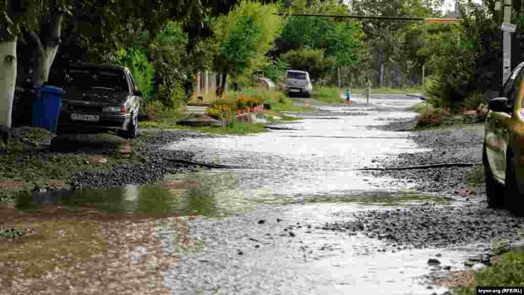 На фото – вулиця в мікрорайоні Фонтани, розташована біля асфальтованої дороги. Через те, що ця частина розташована в низині, у місцевих жителів регулярно затоплює двори
