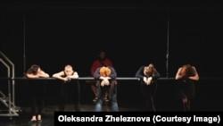 Сцена из спектакля Алены Филиштинской и Алины Бакирей «Военный вальс», в главной роли Римма Зюбина