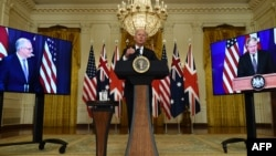 Президент США Джо Байден во время виртуальной пресс-конференции по вопросам безопасности с премьер-министром Великобритании Борисом Джонсоном (справа) и премьер-министром Австралии Скоттом Моррисоном. Вашингтон, 15 сентября 2021 года
