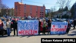 """Protest članova grupe """"Pravda za Davida"""" ispred kancelarije javnog tužioca u Banjaluci (2. mart 2021)"""
