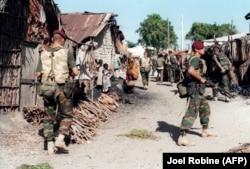 În trecut, războiul civil din Somalia a forțat comunitatea internațională, reprezentată de ONU, să intervină. În această fotografie, soldații belgieni patrulează pe străzile din Kismayu, la 28 ianuarie 1993, la aproximativ 500 km nord-vest de Mogadishu.