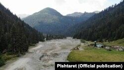Vendi i njohur si Zalli i Rupës në Bjeshkët e Deçanit. Ky vend ka pësuar dëme të mëdha si pasojë e ndërtimit të hidrocentraleve.