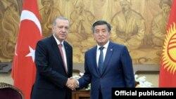 Режеп Тайып Эрдоган жана Сооронбай Жээнбеков. Архивдик сүрөт.