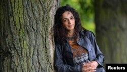 Масих Алинежад е работеща в САЩ журналистка, родена в Иран, която е критична към управлението в Техеран