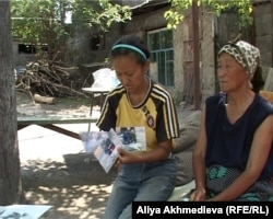 Сестра и мать погибшего егеря Руслана Кима. Талдыкорган, 4 июня 2012 года.