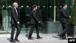 Постоянный представитель Ирана в МАГАТЭ Реза Наджафи (в центре) недалеко от отеля Coburg Palace в Вене, 22 апреля 2015 года.