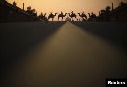 Forcat e sigurisë së Indisë, shihem mbi deve, para pallatit presidencial të Indisë, Nju Delhi.