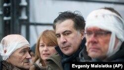 Бывший президент Грузии ныне оппозиционный политик в Украине Михаил Саакашвили рядом с ранеными активистами. Киев, 6 декабря 2017 года.