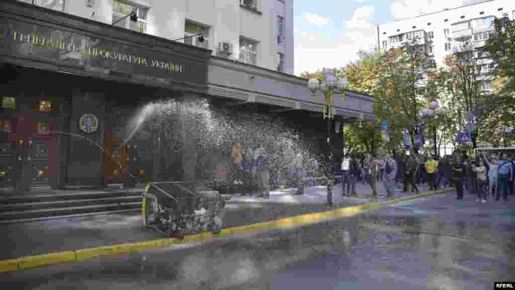 З боку Генеральної прокуратури України поливали водою як і вогонь, так і активістів