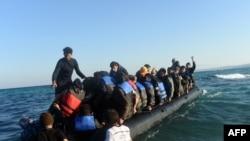 Pamje e refugjatëve duke lundruar në det