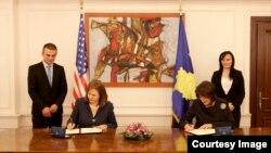 """Presidentja e Kosoves, Atifete Jahjaga, nënshkruan amandamentimin e marrëveshjes për Grantin e Objektivave Zhvillimore"""" me Drejtoreshen e USAID-it per Kosoven, Maureen A. Shauket"""