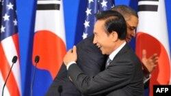 Американскиот претседател Барак Обама и неговиот јужнокорејски колега Ли Мјунг-Бак.