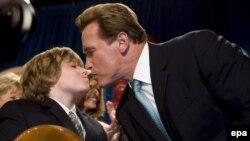 آرنولد شوارتسننگر در حال بوسیدن پسر نه ساله اش