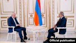 премьер-министр Никол Пашинян дает интервью 1in.am