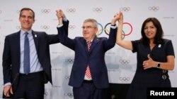 Predsjednik Olimpijskog komiteta Thomas Bach sa gradonačelnicima Los Angelesa i Pariza Ericom Garcettiem i Annom Hidalgo