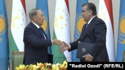 Президент Казахстана Нурсултан Назарбаев (слева) и президент Таджикистана Эмомали Рахмон. Душанбе, 14 сентября 2015 года.