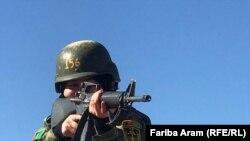 یکی از سربازان زن ارتش افغانستان در جریان تمرین نظامی