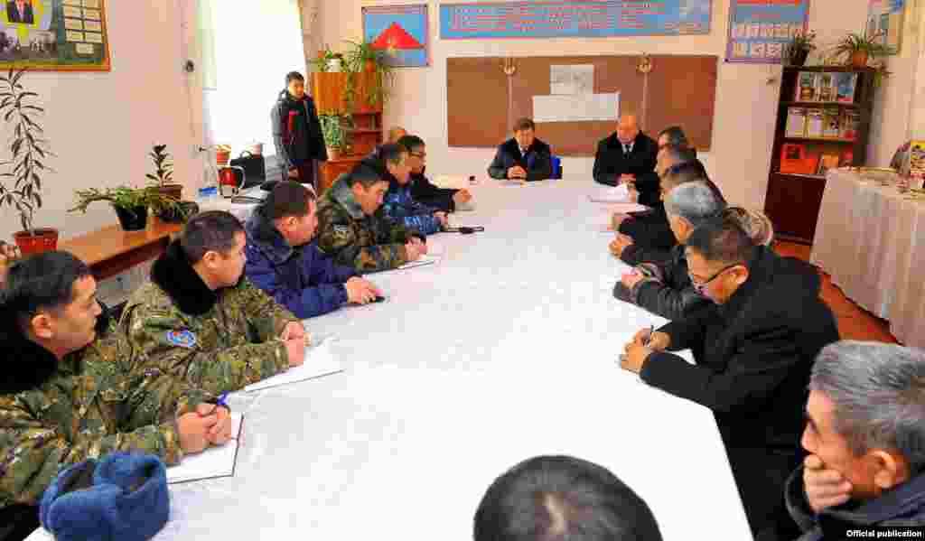 В одном из классных кабинетов средней школы села Ак-Татыр премьер-министр провел встречу с местными силовиками.