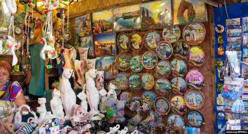 За самую дешевую сувенирную тарелку с «Ласточкиным гнездом» просят 350 рублей (около 135 гривен)