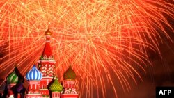 Focuri de artificii în Piaţa Roşie de la Moscova