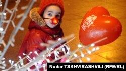 Дети знали, что таинственный Дед Мороз, который весь год наблюдал за ними, клал ночью под елочку подарки