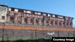 Расположенное в селе Дранда пенитенциарное учреждение называется следственным изолятором МВД РА, но по факту там содержатся не только находящиеся под следствием, но и осужденные к разным срокам преступники