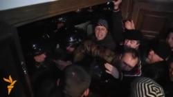 Protestatarii scoşi din Parlament