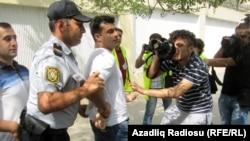 Arxiv fotosu: Bakıda etiraz aksiyasında insan haqları fəalı Rəsul Cəfərov saxlanarkən. 1 sentyabr 2012