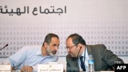 Սիրիայի ընդդիմության առաջնորդներ Մոազ ալ-Խաթիբը եւ Մոսթաֆա Սաբբան Ստամբուլի հանդիպման ժամանակ, 18-ը մարտի, 2013թ.