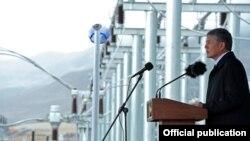 """Экс-президент Кыргызстана на официальной церемонии открытия ЛЭП """"Датка-Кемин"""", построенных на кредит в 389 млн долларов. 28 августа 2015 года."""