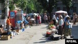 Ţărani vînzîndu-şi produsele la piaţă