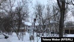 Детская площадка в одном из микрорайонов города Темиртау, где на нескольких домах виднеются свежие и уже закрашенные надписи о продаже наркотических веществ, 14 февраля 2018 года.