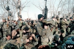 Чеченские боевики на празднике в честь Аслана Масхадова