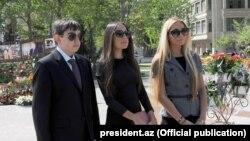 Дочери президент Азербайджана Ильхама Алиева — Арзу и Лейла — и сын Гейдар. Фото с сайта president.az.