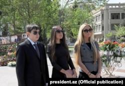 Әзербайжан президенті Илхам Әлиевтің балалары Гейдар мен Арзу және Лейла Әлиевтер дауыс беруге келген кез. Баку, 26 қыркүйек 2016 жыл.