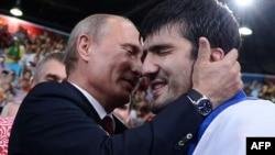 Володимир Путін вітає російського дзюдаїста Тагіра Хайбулаєва з перемогою, Лондон, 2 липня 2012 року