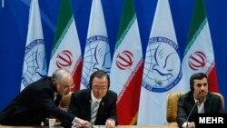 بان گیمون (نفر وسط) دبیرکل سازمان ملل در حال صحبت با علی اکبر صالحی، وزیر امور خارجه ایران