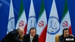 Пан Ґі Мун (с) на саміті 30 серпня 2012 року: Також у кадрі: міністр закордонних справ Ірану Алі Акбар Салегі (л), президент Ірану Махмуд Ахмадінеджад (п)