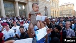 Будапештте темір жол станциясы алдында тұрған мигранттар. Венгрия, 1 қыркүйек 2015 жыл.