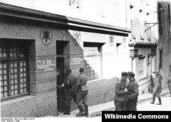 Nasistlər fahişəxanaları yalnız düşərgələrdə yaratmırdllar. Bu Fransada keçmiş sinaqoq binasında nasist əəsgərləri üçün yaradılmış fahişəxanadır. Brest, Fransa, 1940