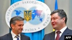Новый посол России на Украине Михаил Зурабов (слева) и министр иностранных дел Украины Петро Порошенко