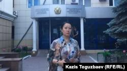 Гайни Еримбетова, мать обвиняемого «в мошенничестве» бизнесмена Искандера Еримбетова, у здания административного суда в Алматы.