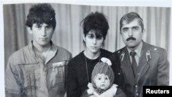 Тамерлан Царнаев в детстве. На фото он в центре внизу. Слева направо - его отец Анзор, мать Зибейдат и дядя Мухаммад Сулейманов. Фото семьи Сулеймановых из Махачкалы.