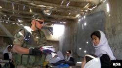 یک سرباز ایتالیایی در افغانستان ؛ (ایتالیا از جمله کشورهایی است که سربازانش را به مناطق کم دردسر شمال افغانستان گسیل داشته است.)