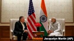 نریندرا مودی صدراعظم هند (راست) حین صحبت با مایک پامپیو وزیر خارجه امریکا در دهلی جدید. June 26, 2019