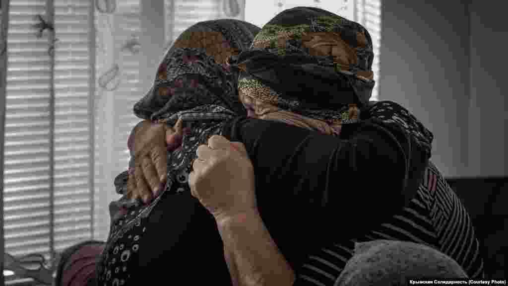 Матери Арсена Абхаирова и Эскендера Абдулганиева, осужденных на 13 и 12 лет колонии соответственно. Их обвинили в причастности к запрещенной в России религиозной организации «Хизб ут-Тахрир». Украина не запрещала «Хизб ут-Тахрир»