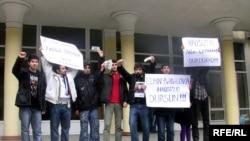 «Dalğa» Gənclər Hərəkatının Elmin Bədəlovun universitetdən qovulmasına etiraz aksiyası